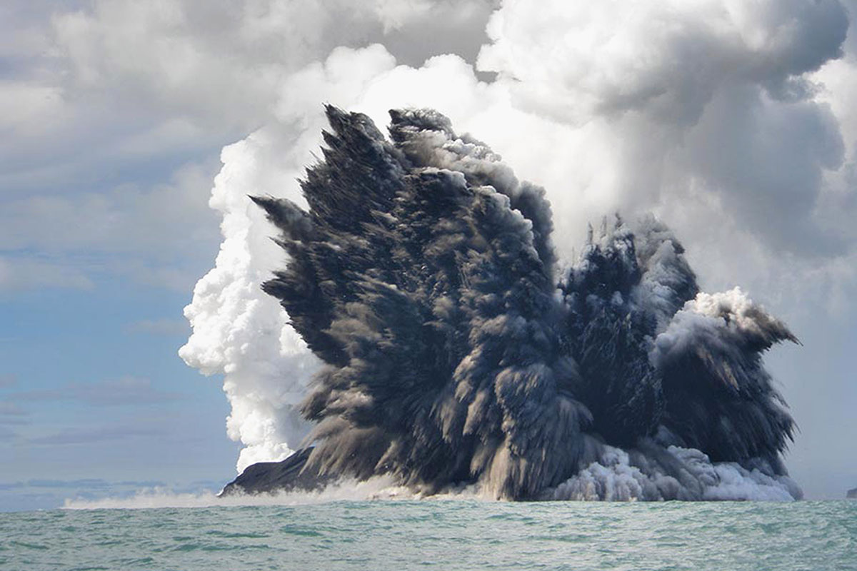 Wave of massive volcanoes created Earth's first supercontinent