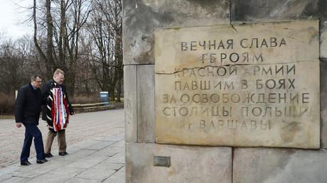 Laying wreaths at the tombs of Russian liberators at Skaryszewski Park in Warsaw © Alexey Vitvitsky