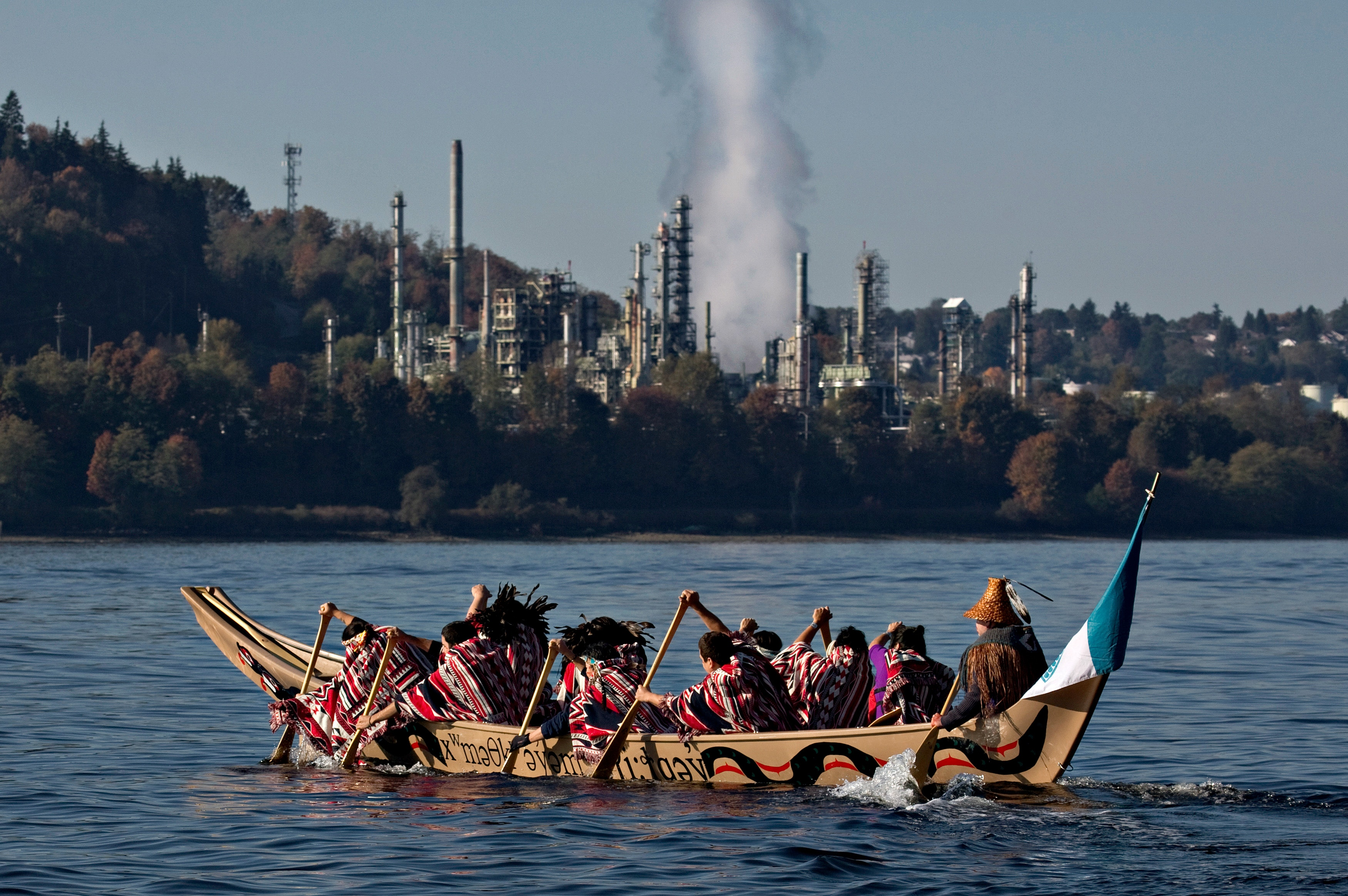 Members of the First Nation Tsleil-Waututh, Squamish and Musqueam bands paddle in a traditional canoe during a Thanksgiving protest in North Vancouver, British Columbia October 14, 2013. The group are protesting the Trans Mountain Pipeline Expansion by energy company Kinder-Morgan and the increase of tanker traffic in the Burrard Inlet. REUTERS/Andy Clark (CANADA - Tags: CIVIL UNREST ENERGY ENVIRONMENT SOCIETY) - GM1E9AF092501