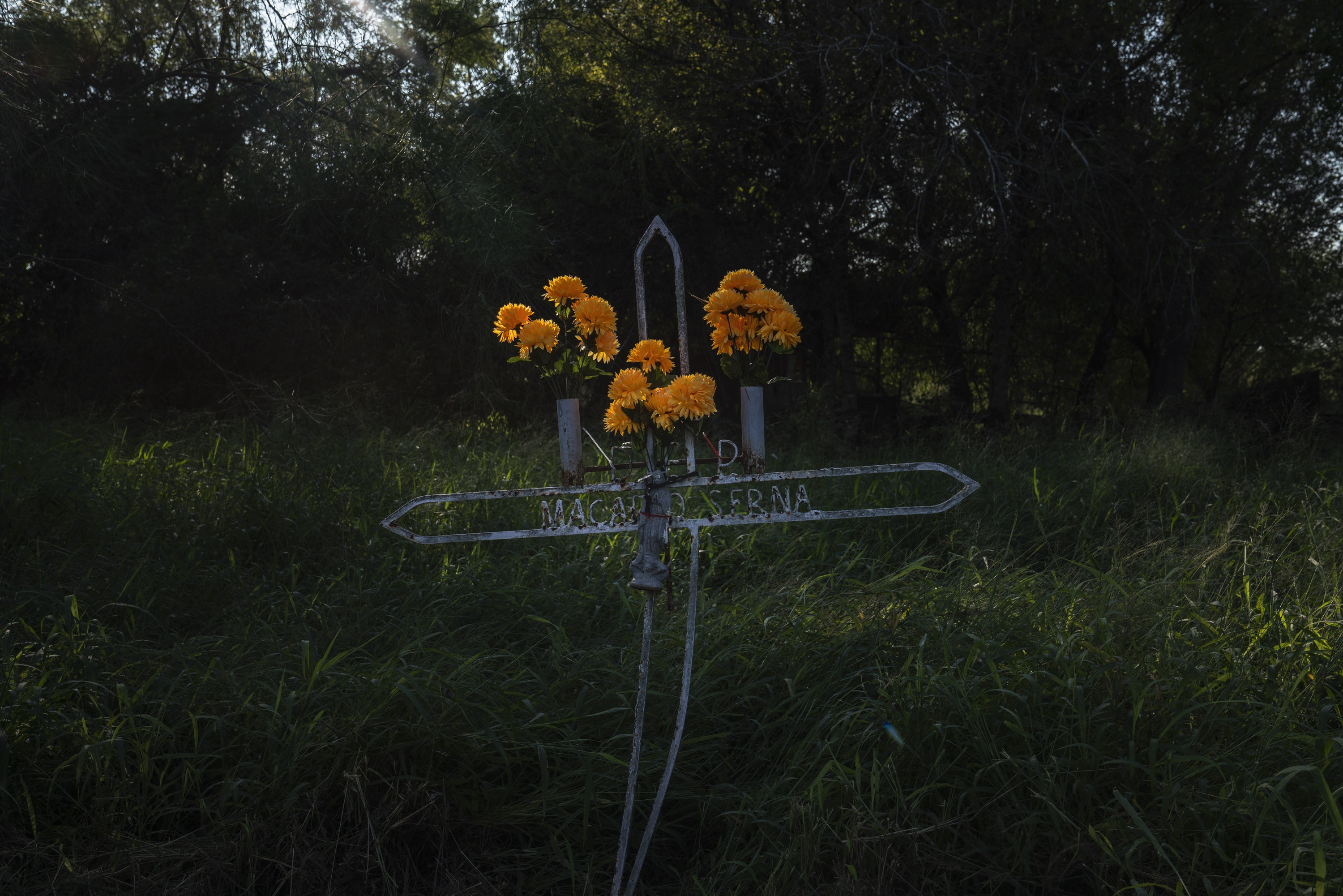 A grave at the Eli Jackson Cemetery in San Juan, Tex. on Nov. 6, 2018. The new proposed wall would leave this property on the south side of it. Photo: Verónica G. Cárdenas for The Intercept