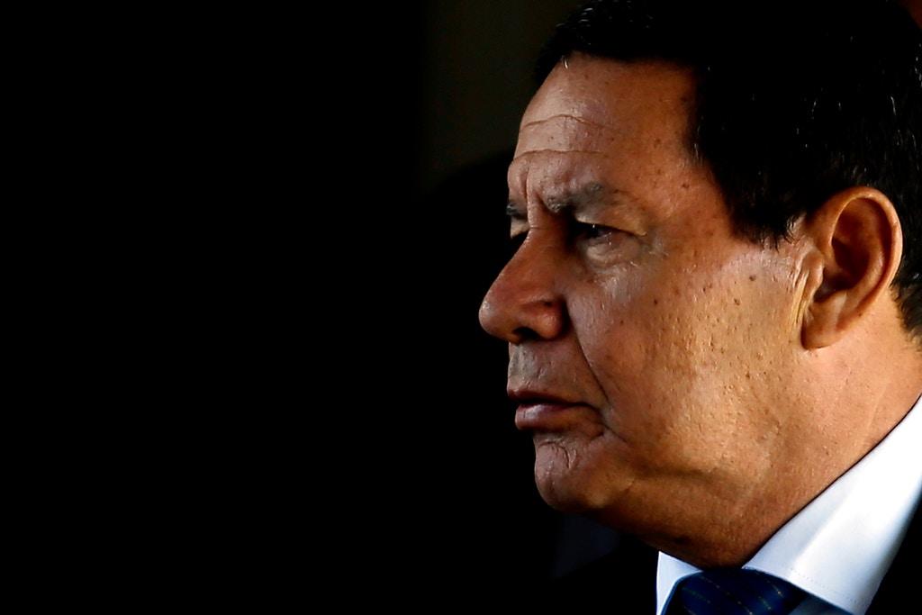 BSB - Brasília - Brasil - 28/01/2019 - PA - O presidente em exercício, Hamilton Mourão sai do gabinete da vice-presidência. Foto: Jorge William / Agência O Globo (GDA via AP Images)