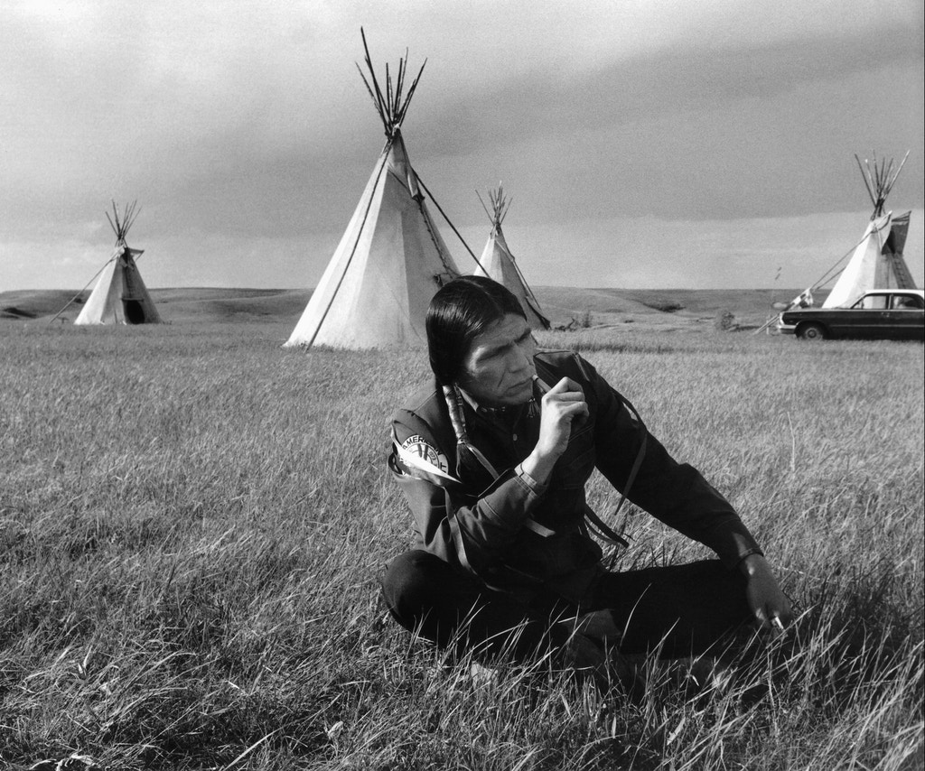 South dakota, Dennis Banks, co-founder of the American Indian Movement at the time of the treaties conference. 1974 Dakota du sud Dennis BANKS co-fondateur de l'American Indian Mouvement au moment de la conférence des traités. (Photo by Michelle VIGNES/Gamma-Rapho via Getty Images)